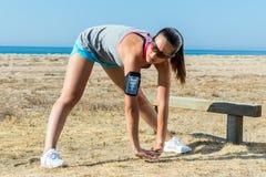 Девушка делая нагревающ тренировку outdoors Стоковое Изображение