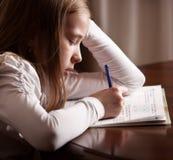 Девушка делая домашнюю работу Стоковые Фото