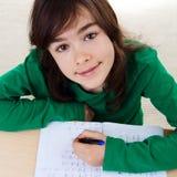 Девушка делая домашнюю работу Стоковое Изображение