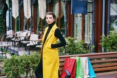 Девушка делая покупки в городе Стоковые Фото