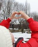 Девушка делая сердце от пальцев Стоковое Фото
