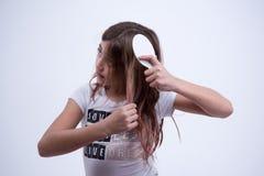 Девушка делая стиль причёсок в ее волосах Стоковые Фотографии RF