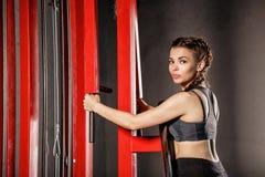 Девушка делая тренировки на имитаторе спорт Стоковое Изображение