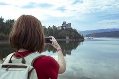 Девушка делая фотосессию niedzica замка Стоковые Фотографии RF