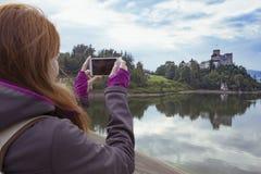 Девушка делая фотосессию niedzica замка Стоковые Фото
