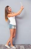 Девушка делая фото selfie на планшете Стоковые Изображения RF