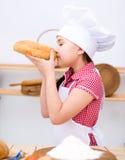Девушка делая хлеб Стоковое Изображение