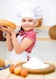 Девушка делая хлеб Стоковое Фото