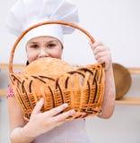 Девушка делая хлеб Стоковая Фотография RF