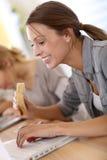 Девушка дела есть обед на работе и работе Стоковая Фотография RF