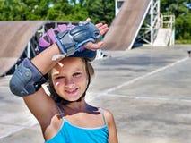 Девушка едет его скейтборд Стоковая Фотография