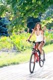 Девушка едет на велосипеде стоковые изображения rf
