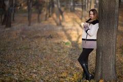Девушка женщины в красоте страны поля Стоковая Фотография