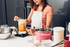 Девушка женщины в кухне варя лить чай потека горячий тайский Стоковые Фото