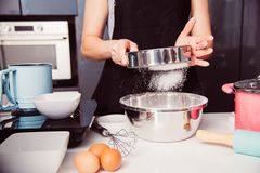 Девушка женщины в кухне варя тесто порошка хлебопекарни хлебопека Стоковая Фотография