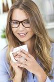 Девушка женщины в чае или кофе кухни выпивая Стоковые Изображения RF