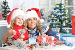 Девушка женщины и ребенка празднуя рождество Стоковая Фотография