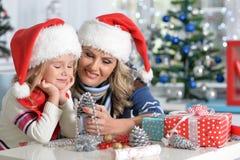 Девушка женщины и ребенка празднуя рождество Стоковые Изображения RF