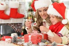 Девушка женщины и ребенка празднуя рождество Стоковое Фото