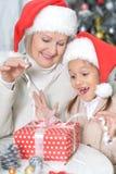 Девушка женщины и ребенка празднуя рождество Стоковые Изображения