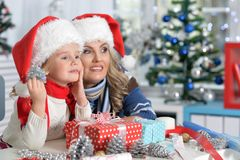 Девушка женщины и ребенка празднуя рождество Стоковое Изображение