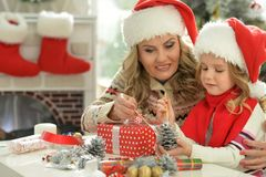 Девушка женщины и ребенка празднуя рождество Стоковое фото RF