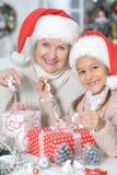 Девушка женщины и ребенка празднуя рождество Стоковые Фотографии RF