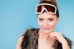 Девушка женщины усмехаясь в лыже гуглит Стоковые Изображения
