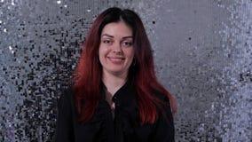 Девушка жизнерадостно дует золотой confetti в камеру 4K медленный Mo акции видеоматериалы