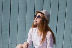 Девушка жуя камедь Стоковое Изображение