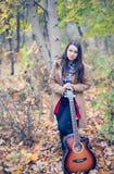 Девушка ждать ее музыку влюбленности Стоковые Изображения