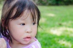 Девушка ждать ее родителя приходит домой Стоковое Изображение