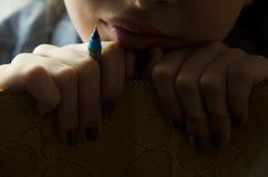 Девушка заботливая Держит карандаш в руке Стоковое Изображение