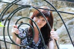 девушка загородки смотря молод Стоковые Фото