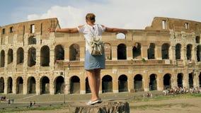 Девушка закручивает около Colosseum в Риме Она счастлива 4K акции видеоматериалы