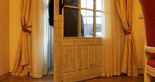 Девушка закрывает 2 двери балкона и занавесов в комнате акции видеоматериалы