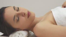Девушка закрывает ее глаза на таблице массажа сток-видео