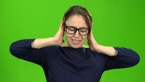 Девушка закрывает ее уши зеленый экран акции видеоматериалы