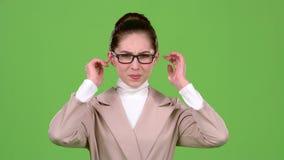 Девушка закрывает ее уши от острого шума зеленый экран движение медленное видеоматериал