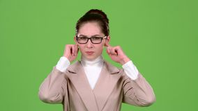 Девушка закрывает ее уши от острого шума зеленый экран видеоматериал