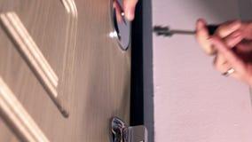 Девушка закрывая дверь и фиксируя вверх несколько замков Концепции безопасности, безопасности и борьбы с преступностью, конец фок сток-видео