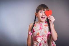 Девушка закрыла сердце глаза Стоковые Фотографии RF