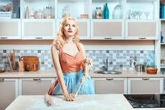 Девушка замешивает тесто в кухне и мечтах Стоковые Фотографии RF