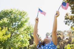 Девушка задерживая 2 американских флага на парке Стоковое Изображение RF