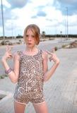 Девушка задерживая 2 пальца в знаке победы Стоковая Фотография RF