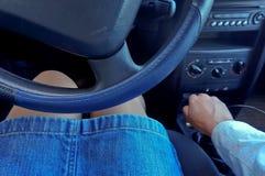 Девушка за колесом автомобиля, женщина в автомобиле Стоковые Фотографии RF