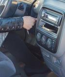 Девушка за колесом автомобиля поворачивает ключ зажигания Стоковое фото RF
