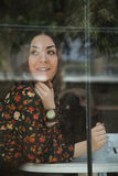 Девушка за окном кафа стоковые изображения rf