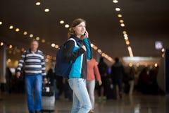 Девушка звоня в авиапорте Стоковое Изображение RF