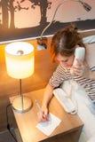 Девушка звоня телефонный звонок Стоковые Фотографии RF